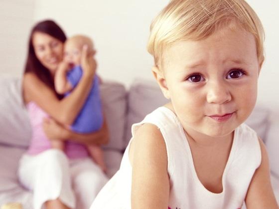 mamae-com-bebe-no-colo-observando-o-irmao-mais-velho-fazendo-cara-de-manha-foto-thinkstock-000000000000502C